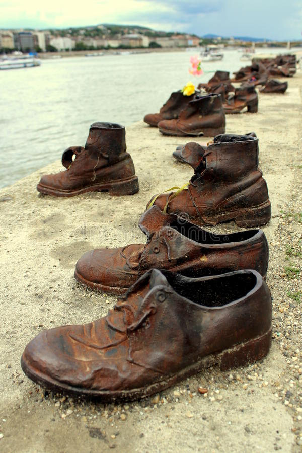 Chaussures sur le Danube photo stock