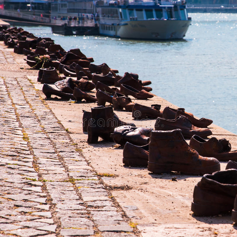 Chaussures sur le Danube, mémorial célèbre d'holocauste à Budapest Monument, qui représente les chaussures des victimes laissées  photos libres de droits