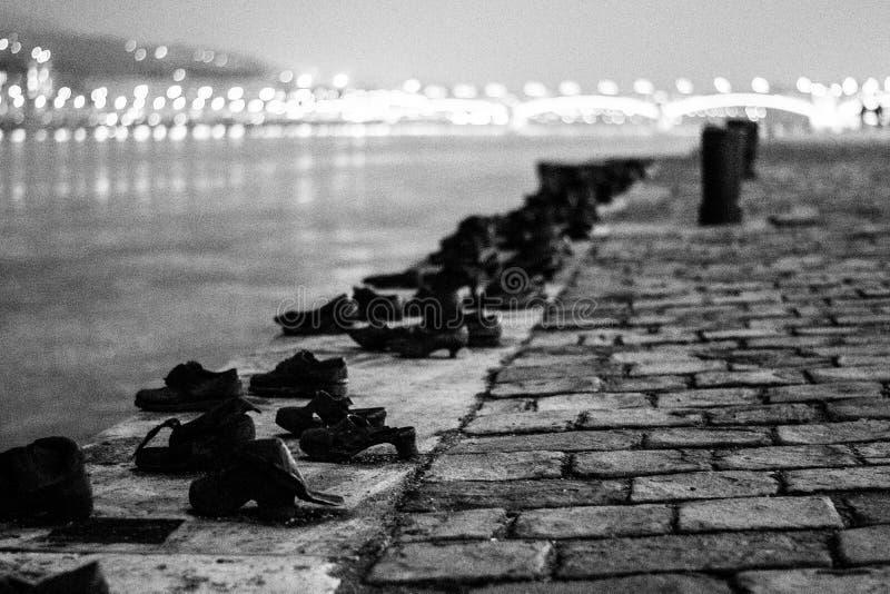 Chaussures sur le Danube, noir et blanc, Budapest photos stock