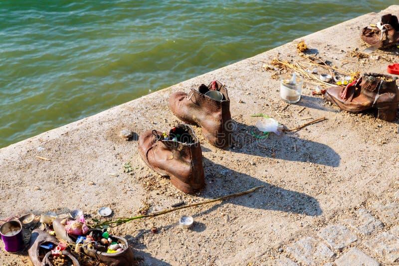 Chaussures sur le monument de Danube dans le mémorial juif de Budapest images libres de droits