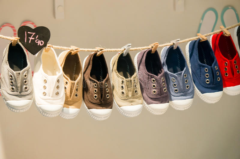 Chaussures sur un marché image stock