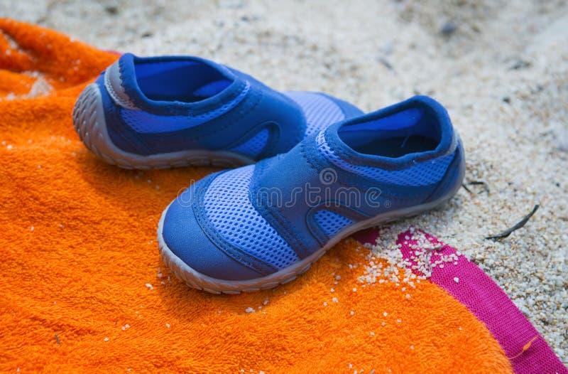 Chaussures sur une serviette de plage image stock
