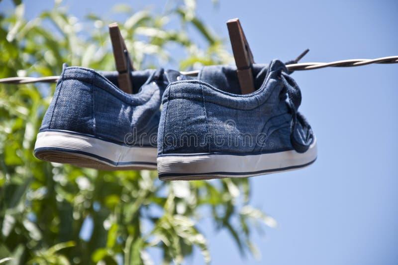 Chaussures traînées pour sécher photographie stock