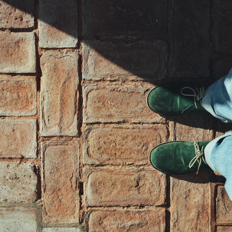 Chaussures vertes sur les briques images libres de droits