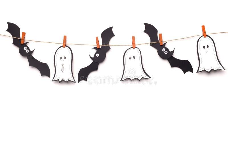 Chauves-souris et fantômes noirs qui volent sur une corde blanche images stock