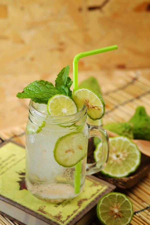 Chaux de Kaffir ainsi, boisson fraîche de soude de bergamote, herbe de tradition de la Thaïlande pour le traitement du reflux aci photo libre de droits