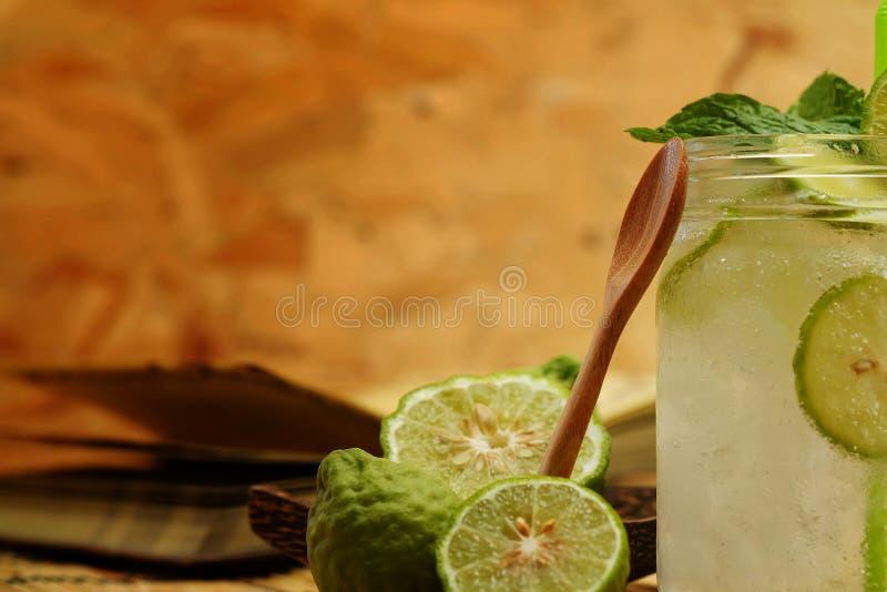Chaux de Kaffir ainsi, boisson fraîche de soude de bergamote, herbe de tradition de la Thaïlande pour le traitement du reflux aci photographie stock libre de droits