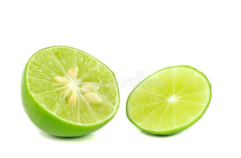 Chaux verte découpée en tranches d'isolement sur un fond blanc images stock