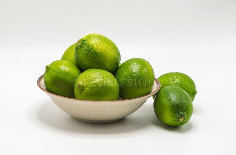 Chaux vertes mûres dans une petite cuvette photos stock