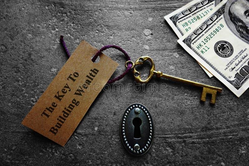 Chave à riqueza de construção foto de stock