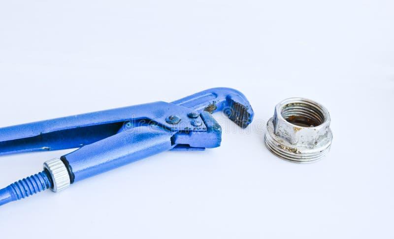 Chave ajustável do gás e grande porca para a fonte de água Ferramentas de Metalware isoladas em um fundo claro fotografia de stock