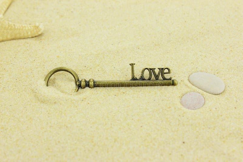 Chave ao amor em uma praia fotografia de stock