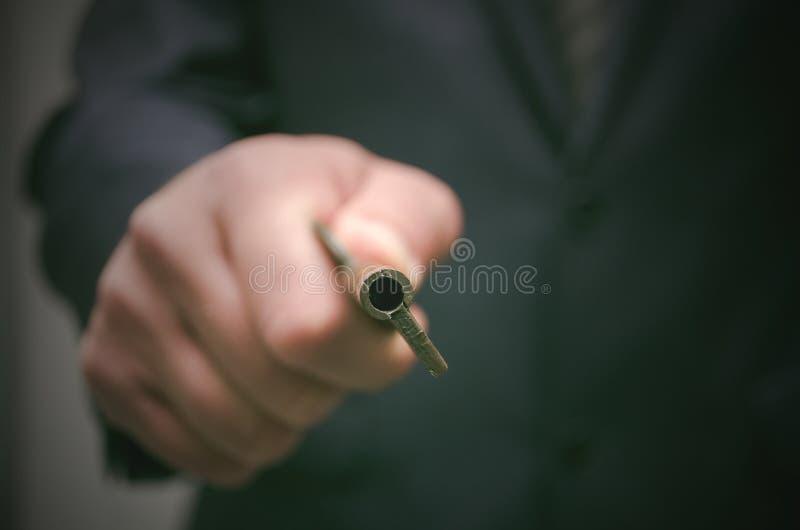 Chave ao conceito do sucesso Homem de negócios que realiza nas mãos uma chave oxidada velha e uma vela ardente no castiçal fotos de stock royalty free