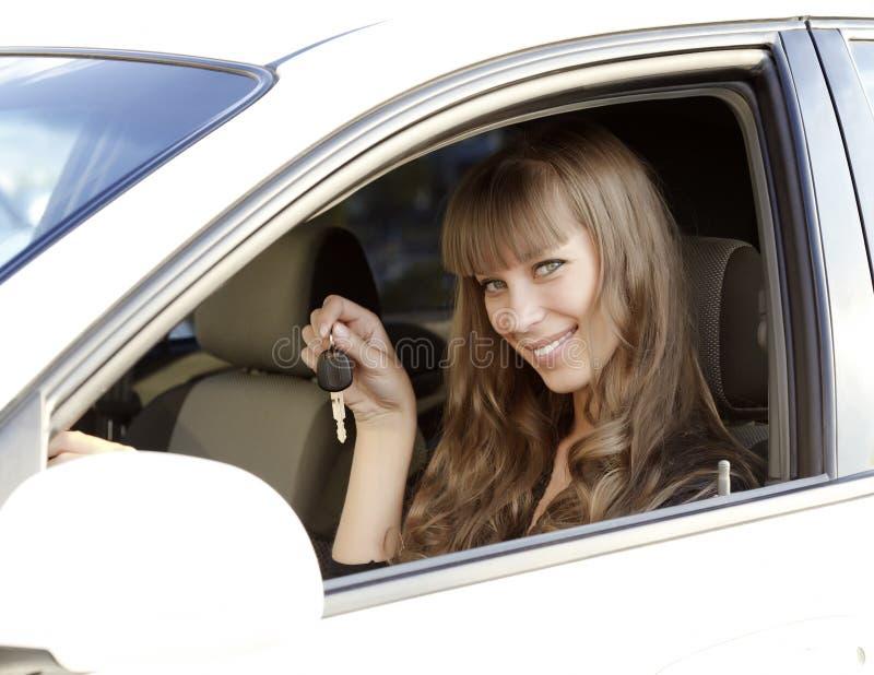 Chave bonita do carro da terra arrendada da menina imagens de stock royalty free