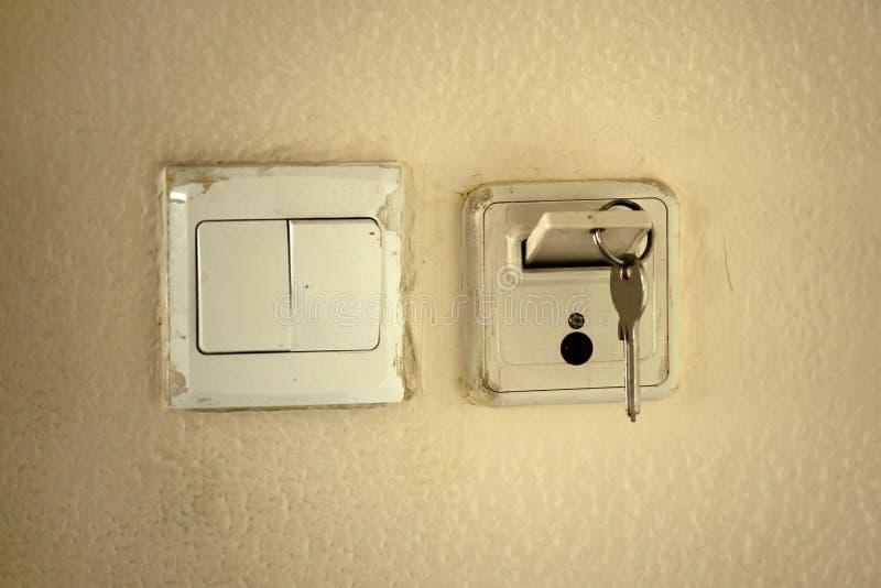 Chave clássica do mecânico com o cartão no entalhe para ativar a eletricidade mim fotografia de stock royalty free