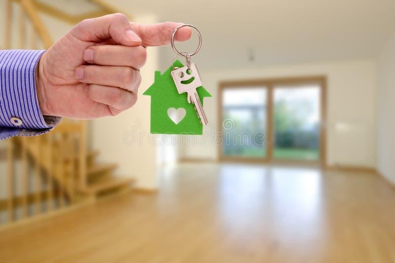 Chave da casa à disposição do mediador imobiliário imagens de stock