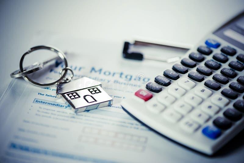 Chave da casa com aplicação de empréstimo hipotecário fotos de stock