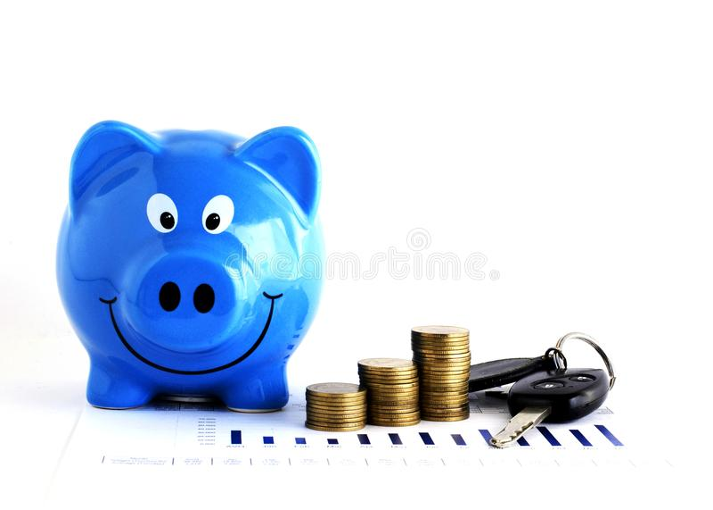 Chave da pilha e do carro mealheiro e das moedas azuis do dinheiro para os empréstimos concentrados imagens de stock royalty free