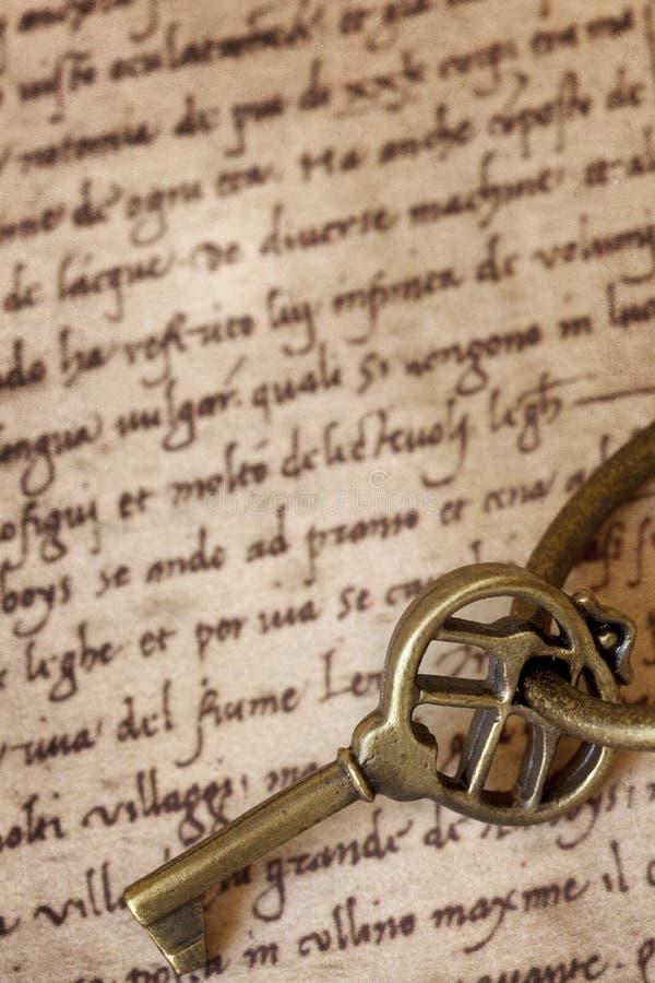 Chave de bronze antiga no certificado velho imagem de stock royalty free