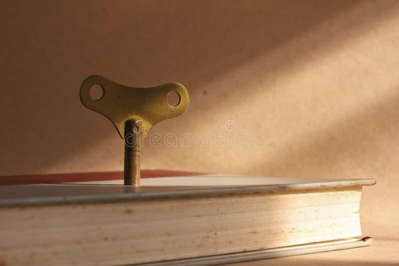 Chave de bronze da dobadoura da antiguidade fotografia de stock