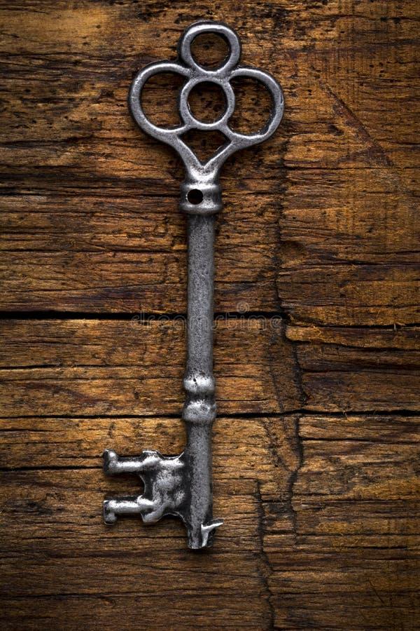 Chave de esqueleto velha na madeira imagem de stock royalty free