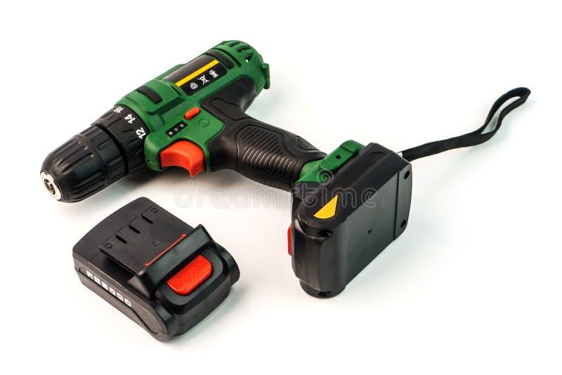 Chave de fenda sem corda, broca sem corda e bateria isoladas em um w foto de stock