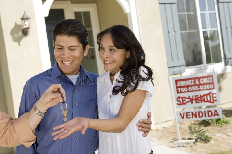 Chave de Handing Over House do agente aos pares fotografia de stock
