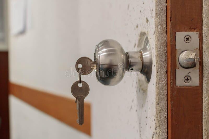 Chave de inserção no fechamento (ao lado) imagens de stock