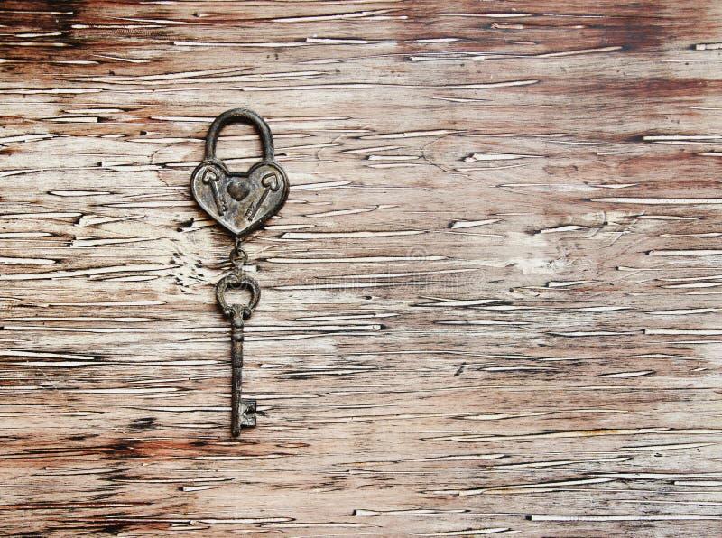 Chave de Ron do fechamento que encontra-se no fundo de madeira do vintage foto de stock