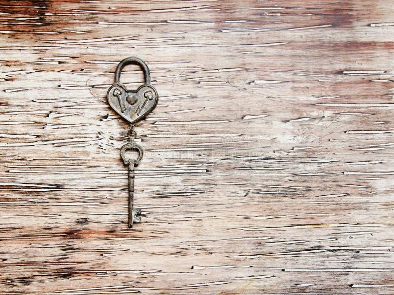 Chave de Ron do fechamento que encontra-se no fundo de madeira do vintage imagem de stock royalty free