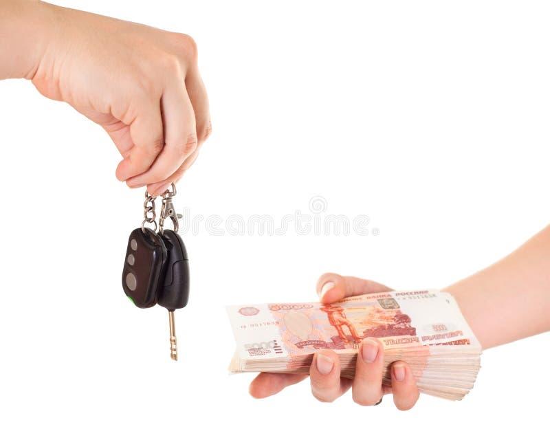 Chave do carro à disposicão e dinheiro do dinheiro fotografia de stock