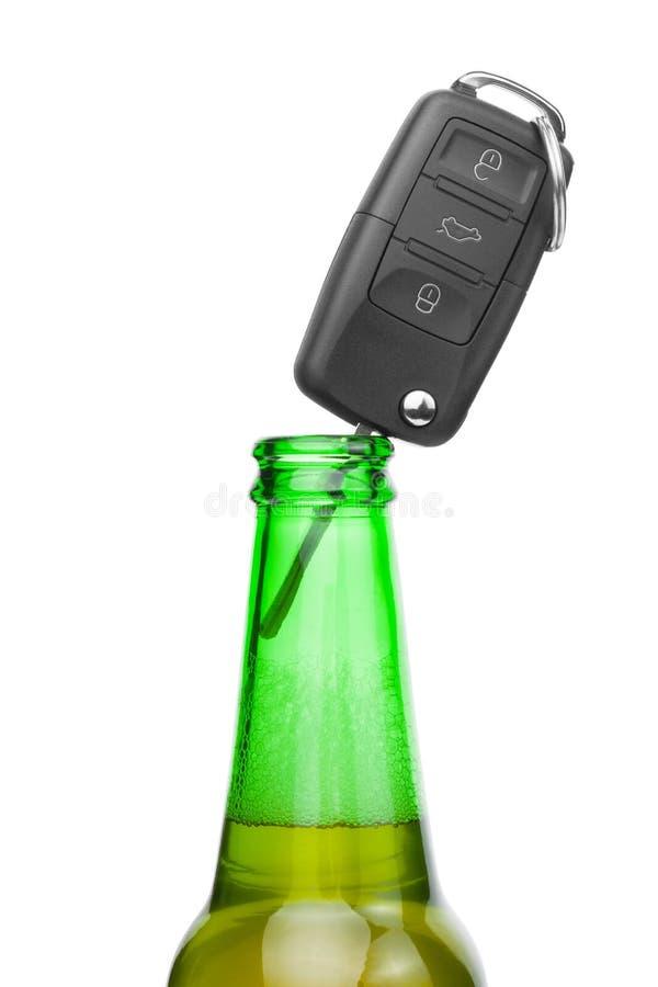 Chave do carro no pescoço da garrafa da abelha - o estúdio disparou sobre o branco fotografia de stock royalty free
