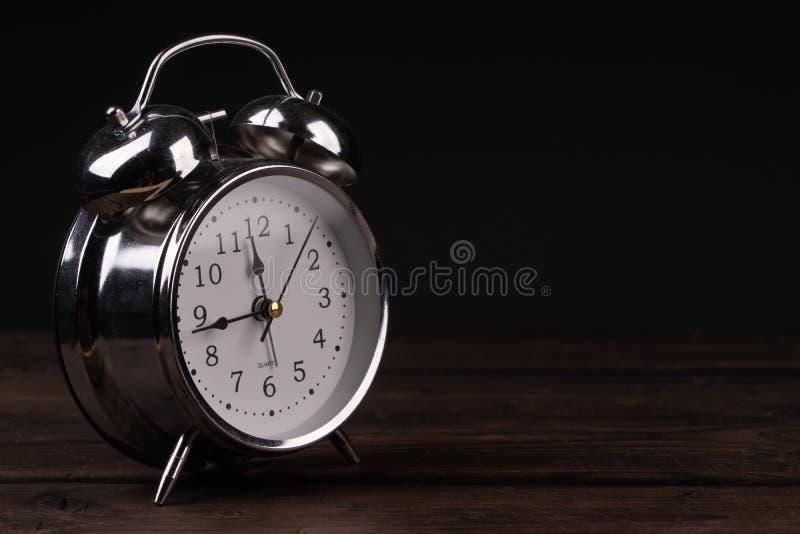 chave do despertador do vintage baixa em um fundo de madeira imagem de stock royalty free