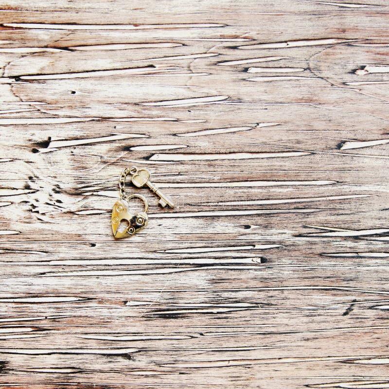 Chave e fechamento de Ron que encontram-se em um fundo de madeira do vintage fotos de stock royalty free