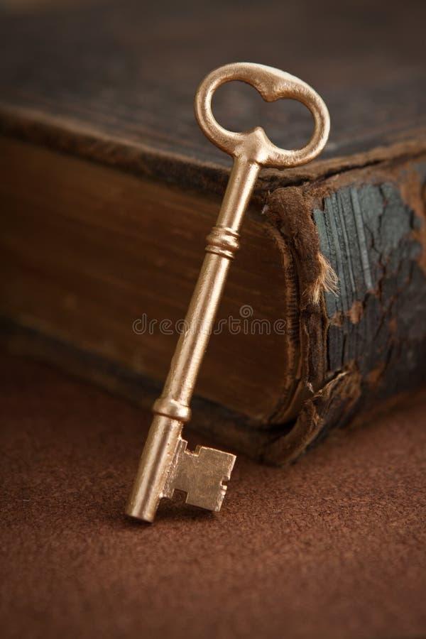 Chave e livro foto de stock
