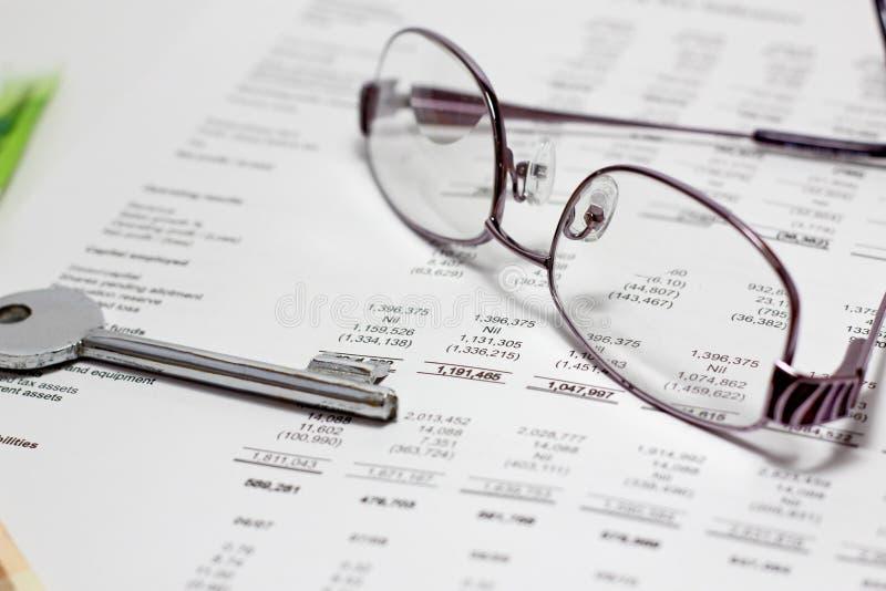 Chave financeira do relatório ao sucesso imagens de stock royalty free