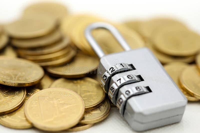 Chave mestra com moedas de ouro, conceito do negócio fotografia de stock royalty free