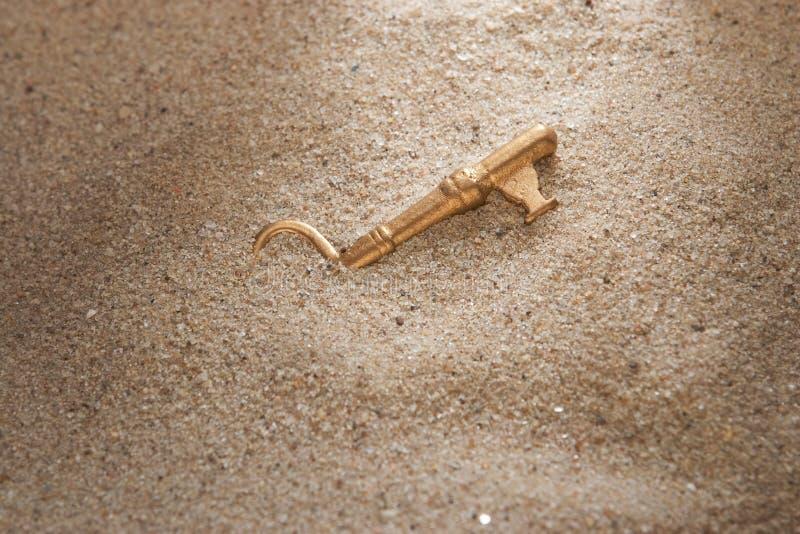 Chave na areia fotos de stock