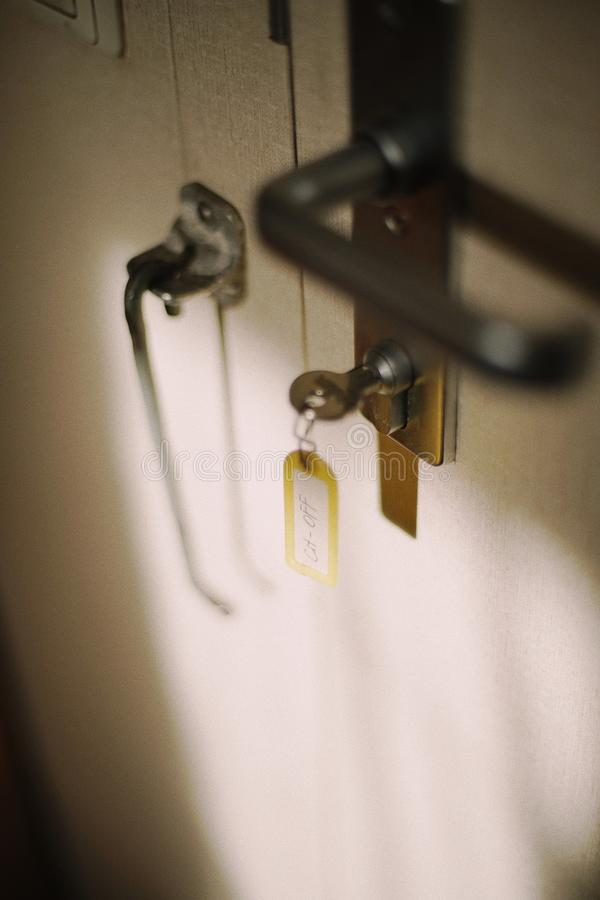 Chave no fechamento da entrada na cabine no navio de carga A etiqueta na chave é oficial principal borr?o Fundo fotografia de stock royalty free