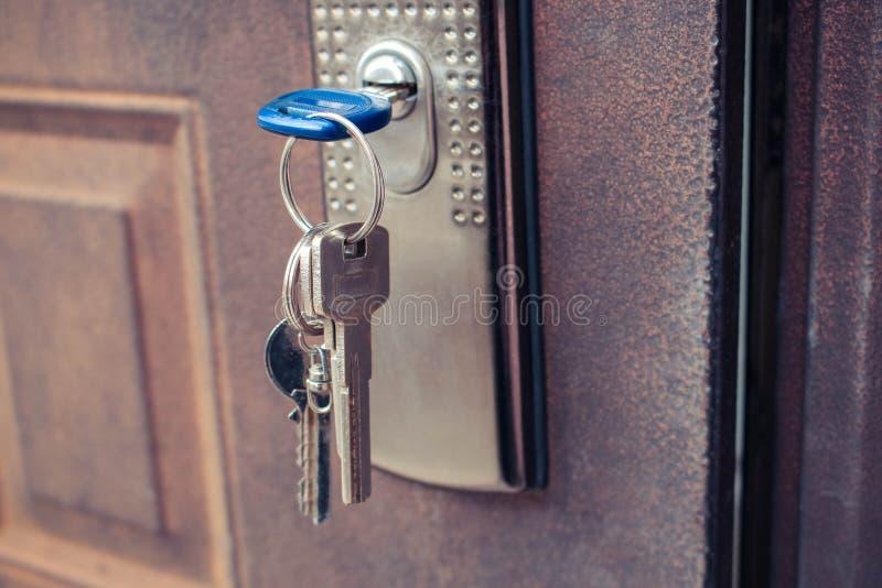 A chave no fechamento da porta do ferro imagens de stock royalty free