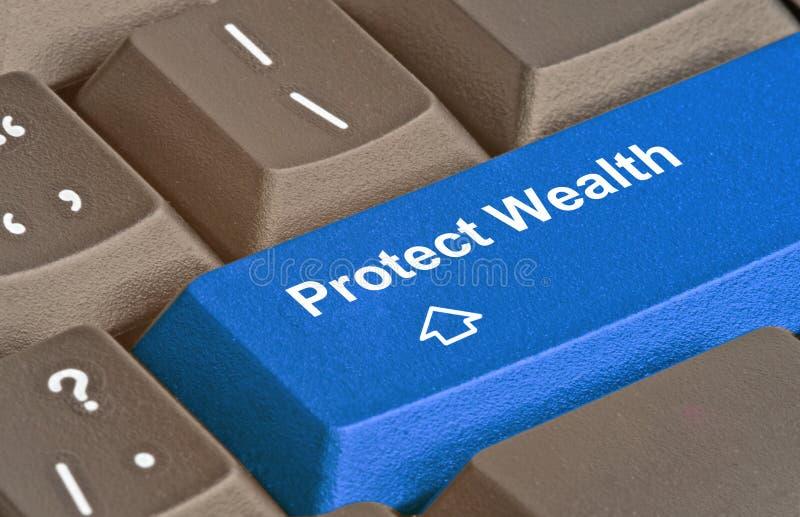 Chave para proteger a riqueza fotos de stock royalty free