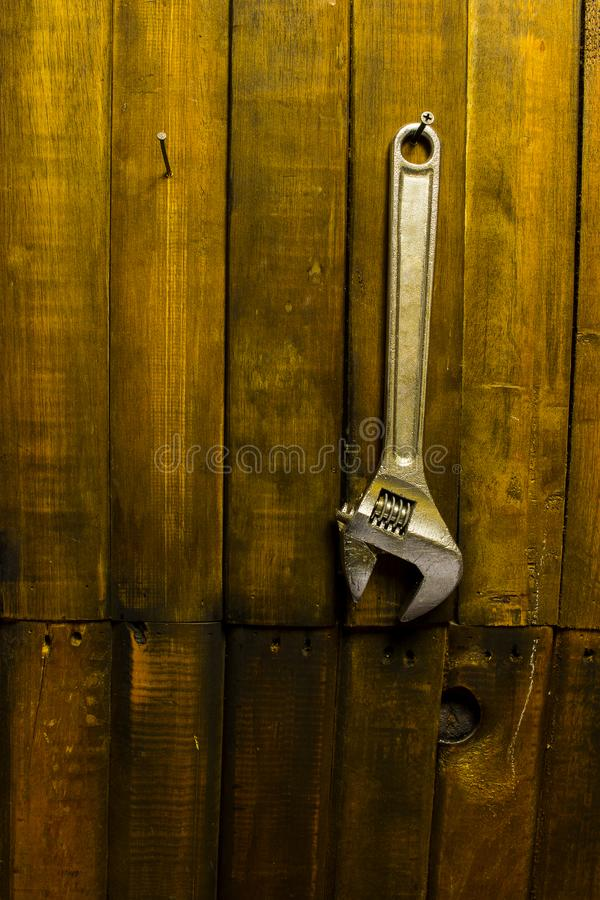 Chave que pendura na parede de madeira fotos de stock