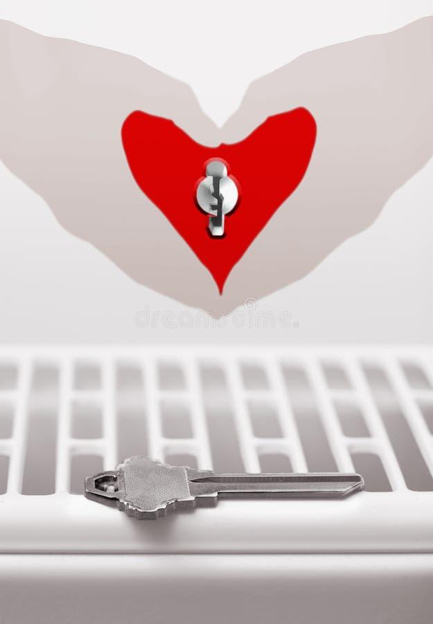 A chave vazia e o ` fêmea s entregam guardar uma forma vermelha do coração com k foto de stock royalty free