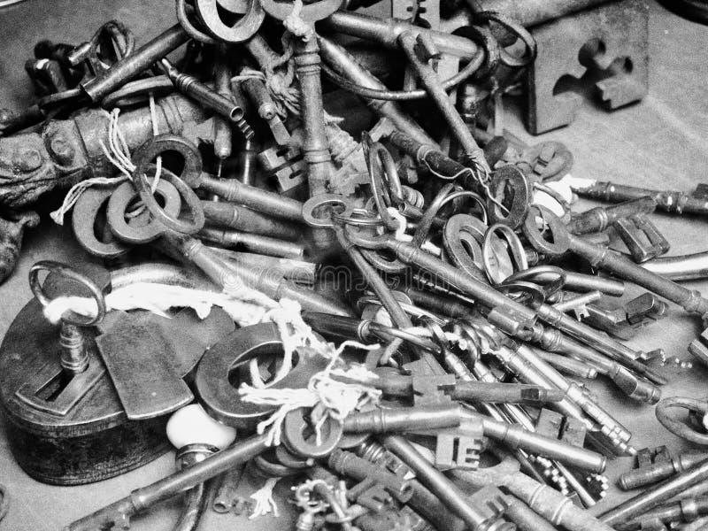 Chaves Antigas com Alguns Cadeados imagens de stock