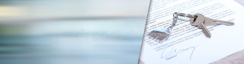 Chaves da casa em um contrato assinado Bandeira panorâmico foto de stock
