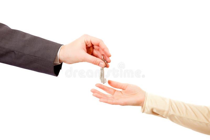 Chaves de Apartmen nas mãos do homem foto de stock