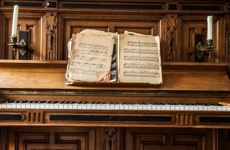 Chaves de madeira velhas do piano no instrumento musical de madeira na vista dianteira, antiguidade formada fotografia de stock royalty free