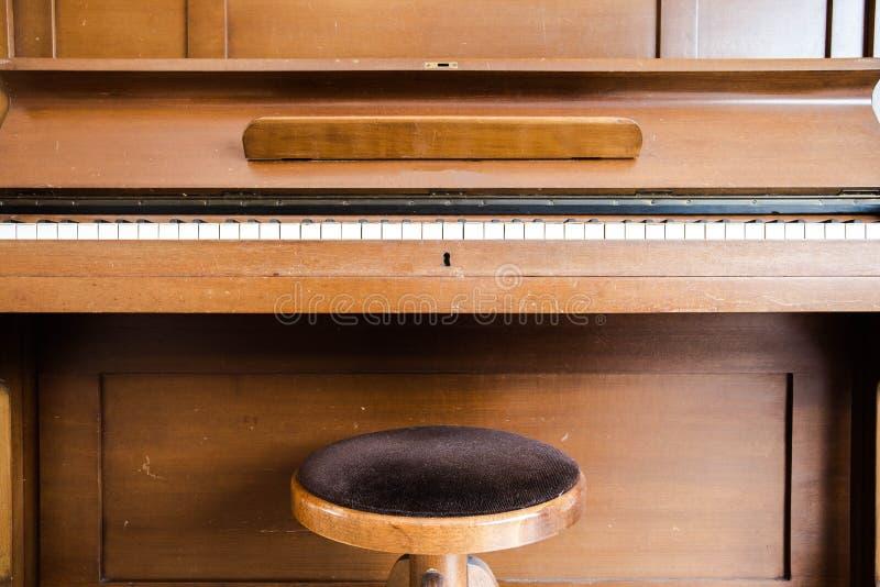 Chaves de madeira velhas do piano do vintage no instrumento musical de madeira na vista dianteira fotos de stock royalty free