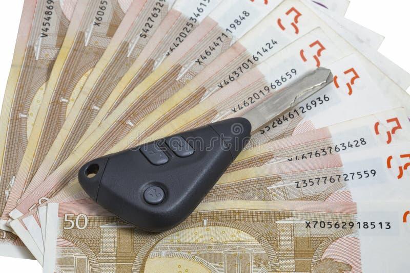 Chaves do carro no fundo de 50 contas do Euro imagem de stock royalty free