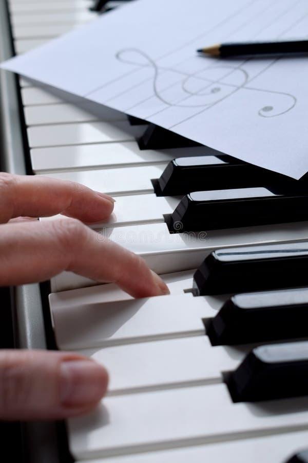 Chaves do piano e mãos preto e branco do ` s do músico imagens de stock